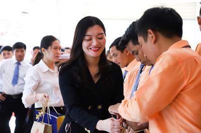 Ban lãnh đạo Kim Oanh Group trao quà Tết, thăm hỏi khối kinh doanh dịp cuối năm